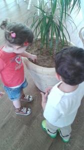 Με τον φίλο της τον Οδυσσέα βρήκαν το τέλειο παιχνίδι: να παίξουν με τα χώματα της γλάστρας.