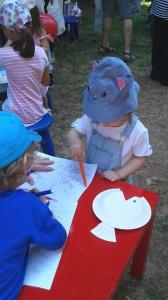 H Έλενα επιδεικνύει τις ζωγραφικές της ικανότητες.